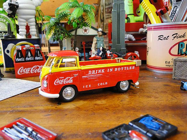 コカ・コーラ 1962年式フォルクス・ワーゲン T1ピックアップのダイキャストミニカー 1/43スケール(レッド×イエロー)