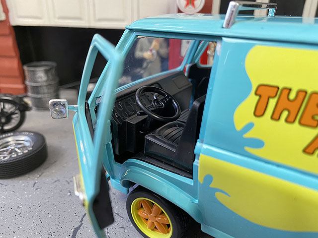 Jada スクービー・ドゥ ミステリーマシーンのダイキャストミニカー 1/24スケール(スクービーとシャギーのフィギュア付き)