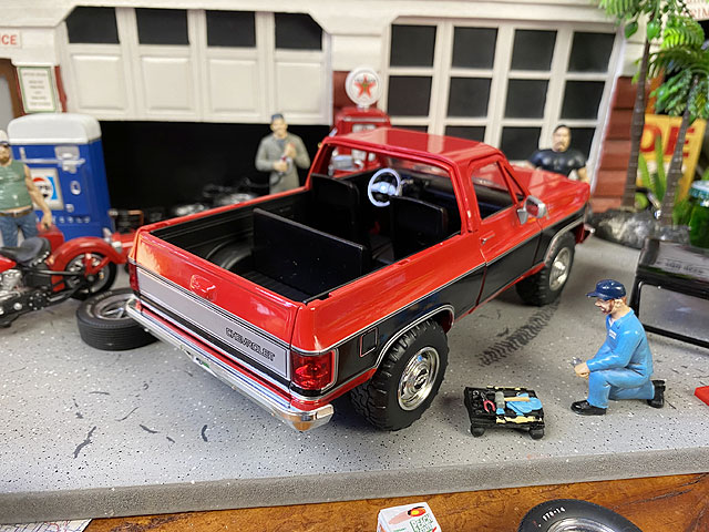 Jada 1980年シボレー・ブレイザーのダイキャストミニカー 1/24スケール(レッド×ブラック)