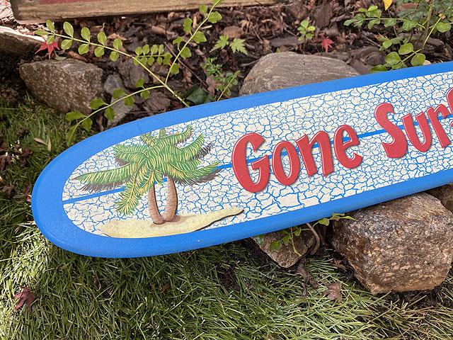 「サーフィンに出掛けてます」のサーフボード型ウォールサイン