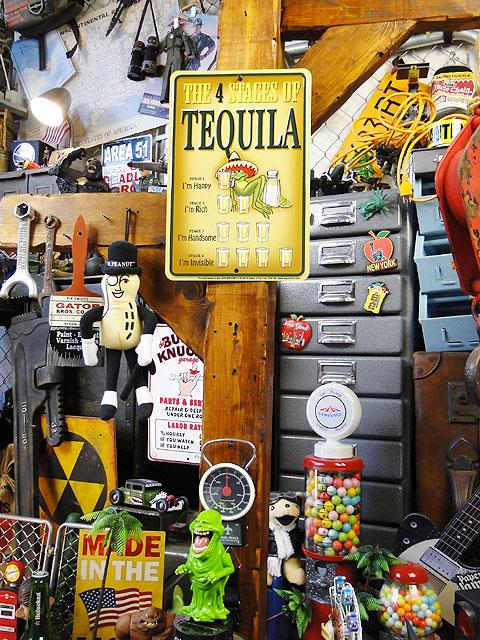 「テキーラを飲むとこうなる」のミニジョーク看板