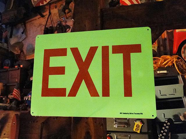 アメリカの蓄光警告サイン(出口)