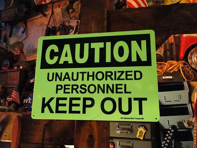 アメリカの蓄光警告サイン(関係者以外立ち入り禁止)