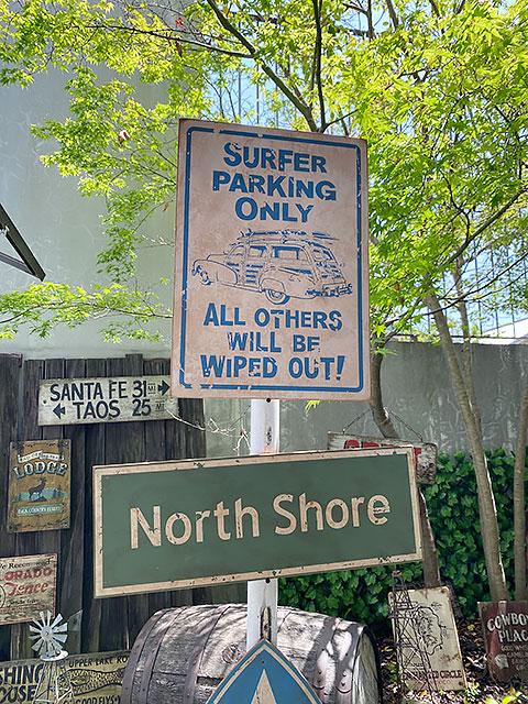 ハワイの道路標識のウッドサイン(サーファー専用駐車場)