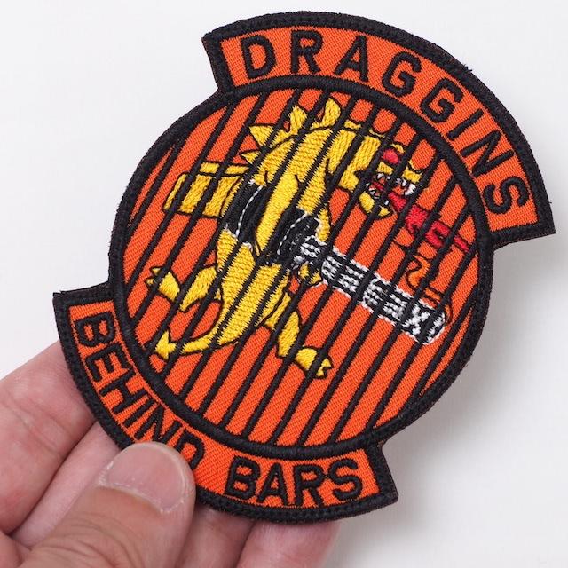 【ミリタリーパッチ】DRAGGINS BEHIND BARS パッチ [フック付き]