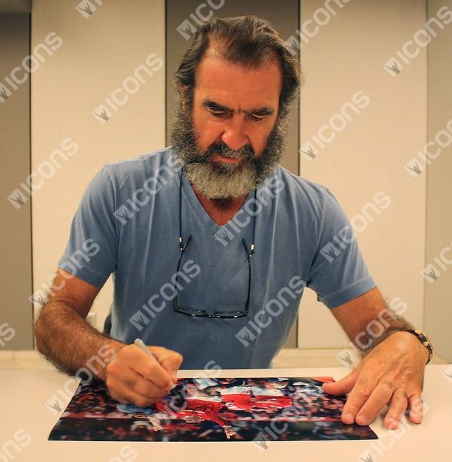 エリック・カントナ 直筆サインフォト マンチェスター・ユナイテッド (Eric Cantona Signed Manchester United Photo: Goal vs Manchester City)