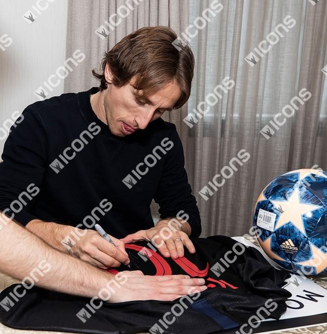 ルカ・モドリッチ 直筆サイン入りユニフォーム 2017-18 クロアチア代表 アウェイ バックサイン (Luka Modric Back Signed Croatia 2017-18 Away Shirt)