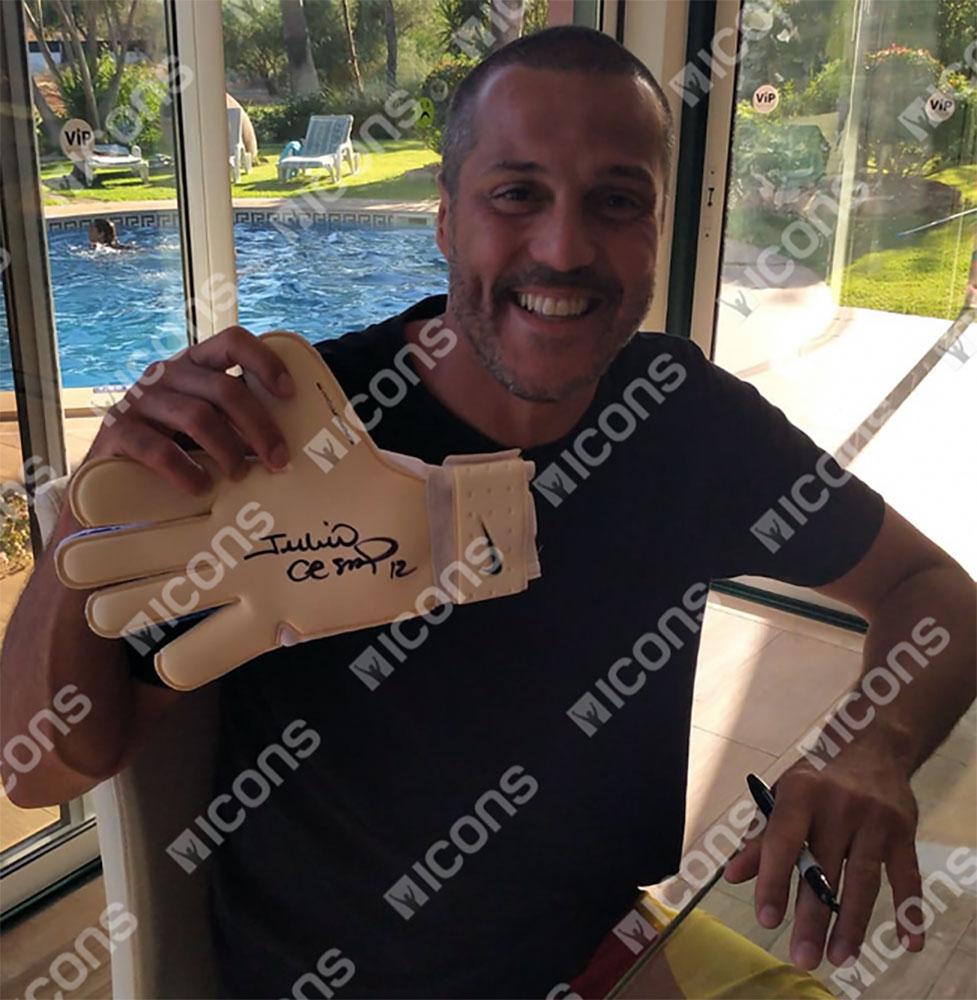 ジュリオ・セザル 直筆サイン入りNIKEゴールキーパーグローブ (Julio Cesar Signed Blue Nike Vapor 3 Grip Goalkeeper Glove)
