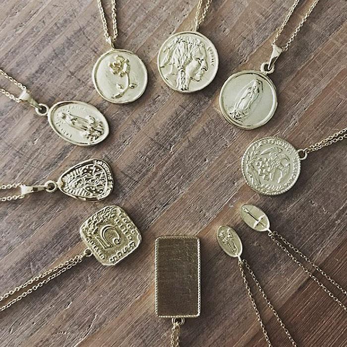 【受注販売】 ネイティブ エピグラフ レリーフ ゴールド コイン ネックレス 14金仕上げ Native Coin Medallion Necklace (Gold Plated)