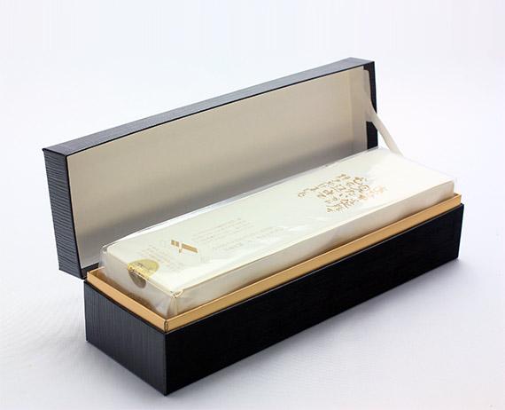 格調高いパッケージの黒箱五三焼カステラ 0.75斤