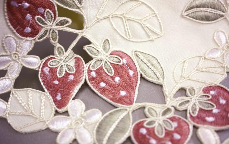 Strawberry embroidery いちご ミニティッシュケース 約9×12cm