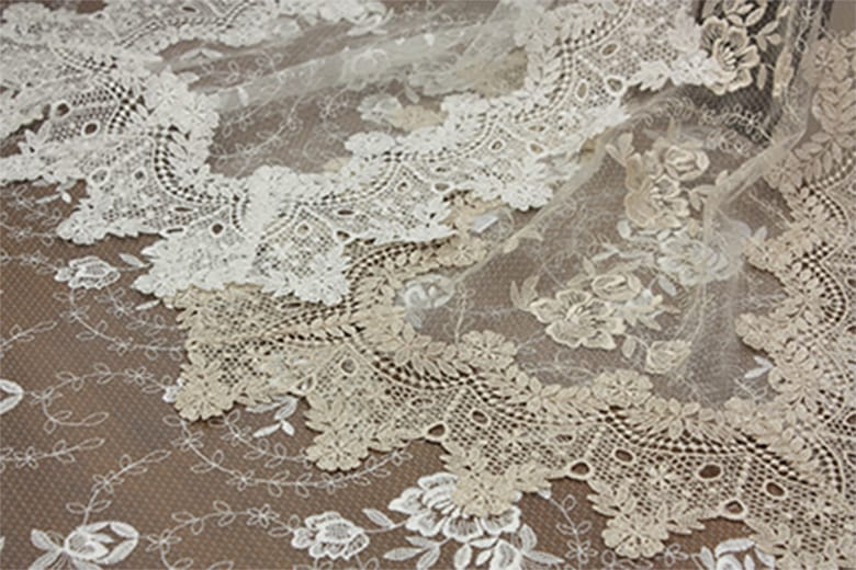 Brilliantly-Crystal 総柄刺繍&ギュピール  ドイリー 約35×35cm