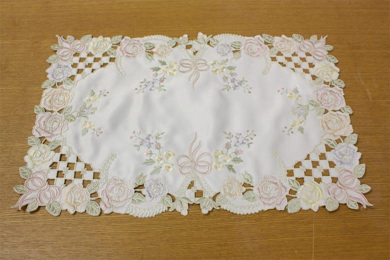 Ribbon & Rose 刺繍&カットワーク テーブルセンター 約30×45cm