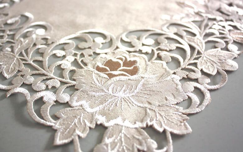 Rose Metopes カットワーク刺繍 テーブルセンター 約30×45cm
