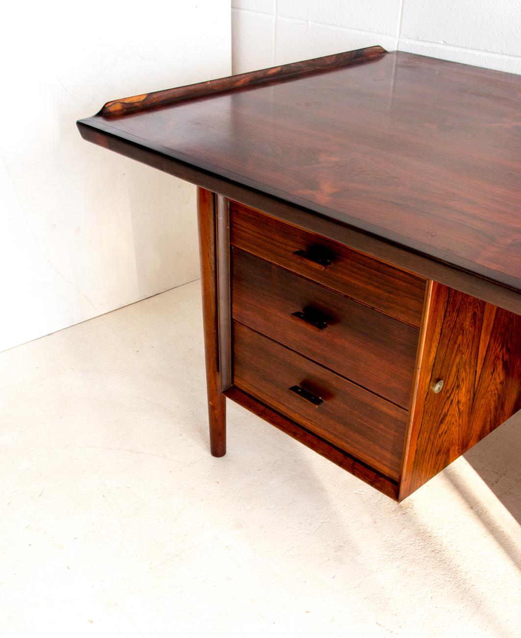Model207 Desk by Arne Vodder