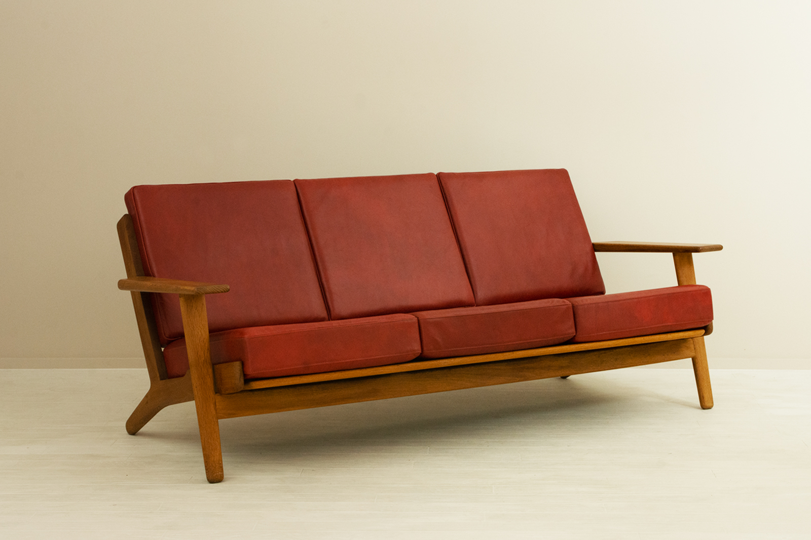 GE290 3seaters Sofa by Hans J Wegner (leather)