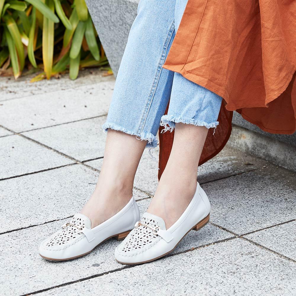 <121002-2111> coca / コカ レーザーカット ビット飾り付き 楽ちん キレイ見え ライトアップ フラワーローファー ホワイト