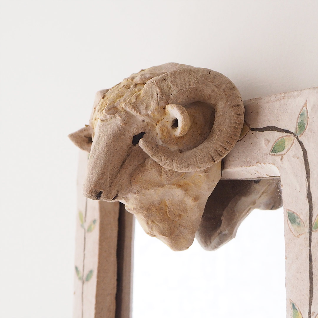 羊の壁掛け鏡