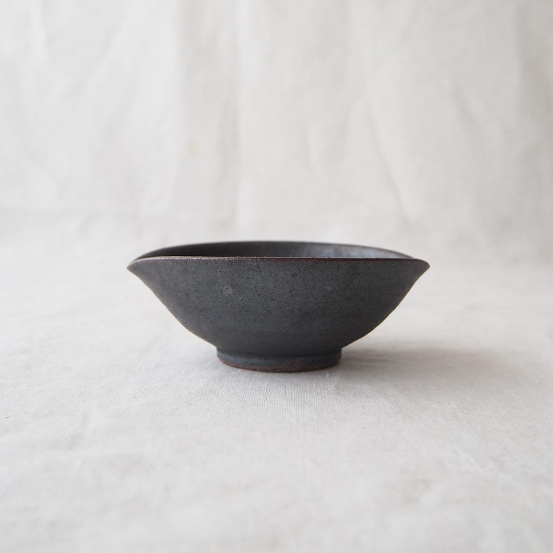 鉄灰釉/たわみ豆小鉢