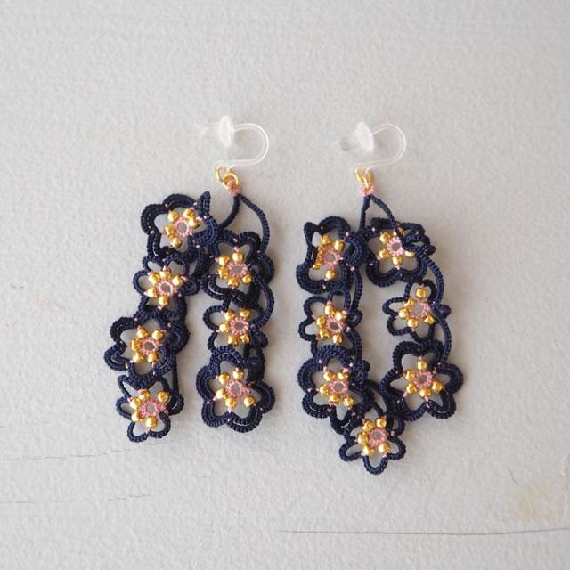 タティングレースのアクセサリー/flowerdropsピアス/ネイビー