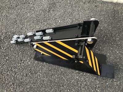 高速回転すると近づくのも恐ろしい大型ケーブルドラムの回転を足元で制御可能!繰り出し作業に集中出来るケーブルドラムストッパー DS-1