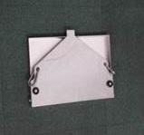 ハシゴにあるロープを固定するロリップやリング金具の余分なスキマに引っ掛けて吊り下げられる作業テーブル  ハシゴ吊り下げ作業テーブル
