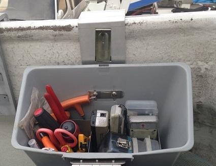 使いたいときにそこにあるを実現!工具のバケットの走行中のバウンドや雨濡れにも心配無用になるフタ付→工具や部材を載せて置ける改良版  バケット取付収納ボックス BB-1A