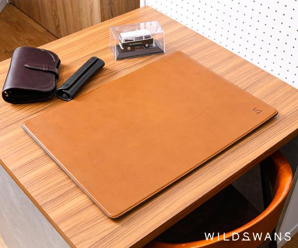 【選べるノベルティ付】ワイルドスワンズ アーネスト デスクマット(カラー:キャメル) ERNEST WILD SWANS