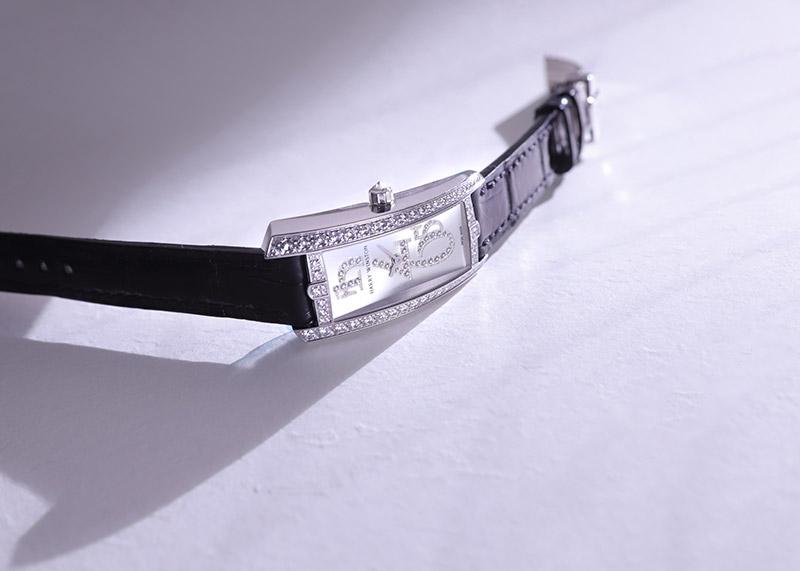 【未使用品】ハリーウィンストン AVTQHM21WW001 レディース アヴェニュートラフィック ダイヤモンドベゼル WG シェル文字盤 クォーツ レザー