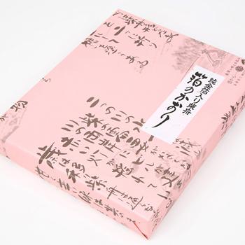 今屋:金沢銘菓 「箔のかおり(15枚入)箱入り」 柴舟に金箔を散らした優雅なお菓子