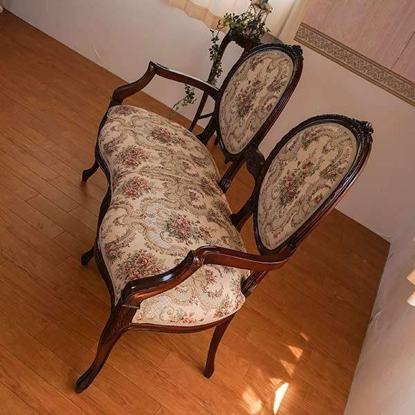 濃いブラウンと曲線が人気です!マホガニー家具:ラブチェア:ファブリックA