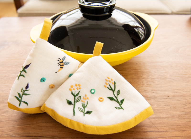 ミラー刺繍三角鍋つかみ ミツバチ柄(白)