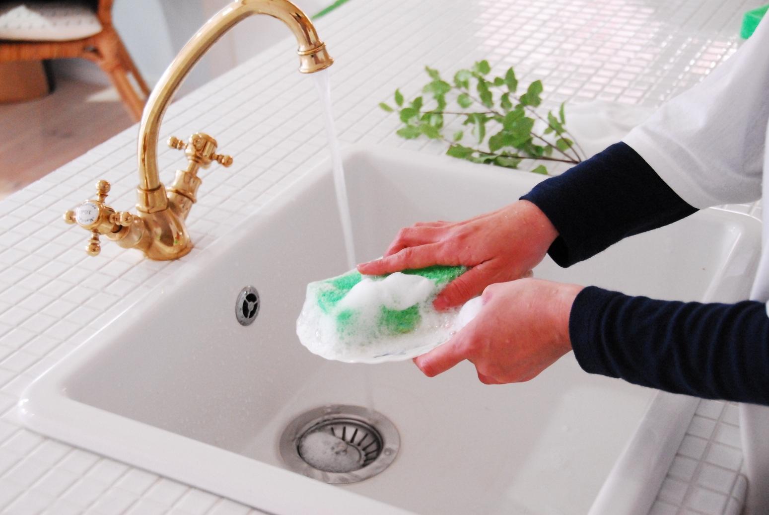 台所用中性洗剤サンセブンハイアールQ型(600g入)【DM便不可】温泉成分 コラーゲン配合手荒れ改善。片手で洗えて合理的。スポンジ泡モコモコ。油汚れ即落ち家事大好き嬉しい気分。