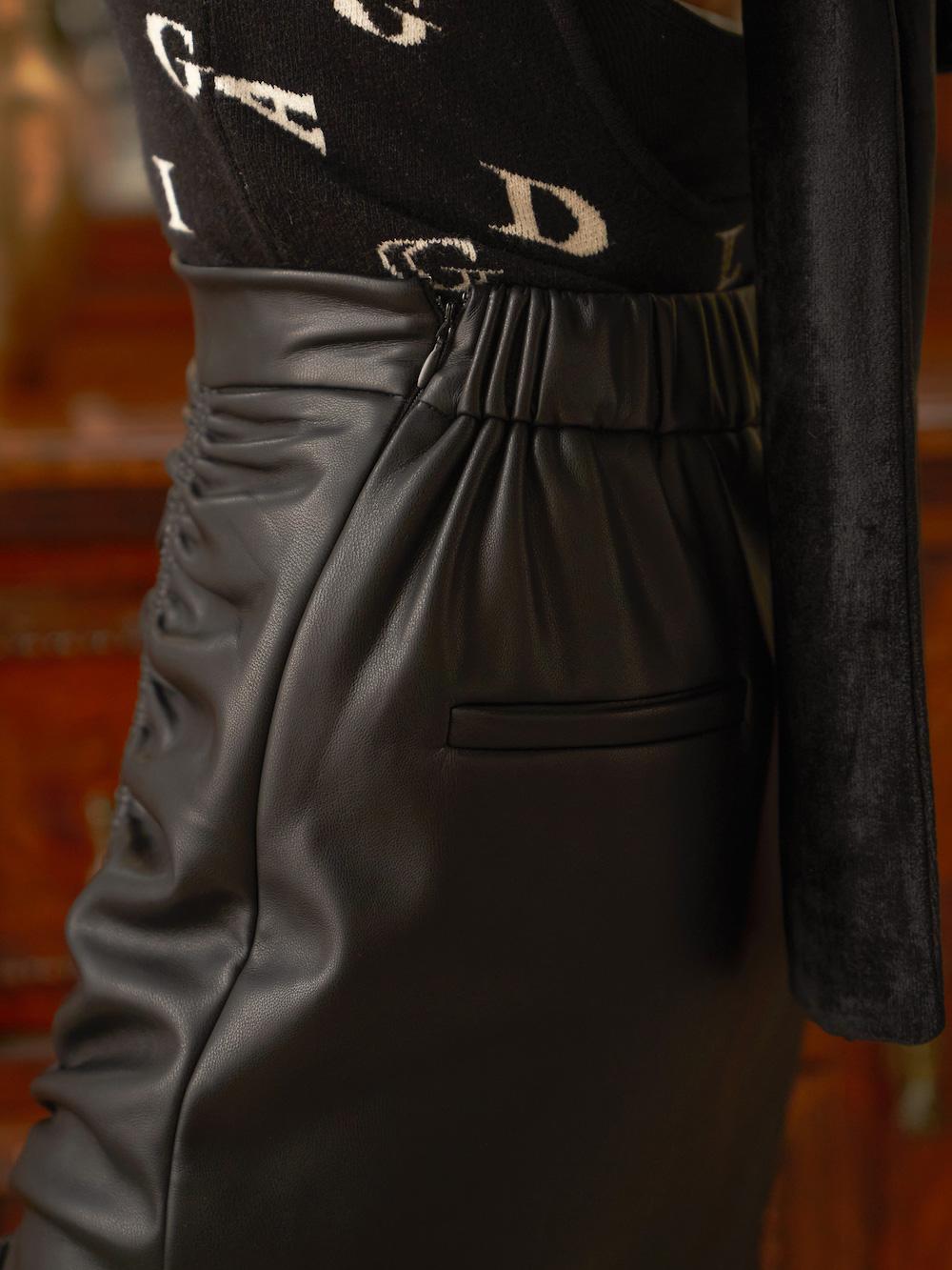 サイドスリットレザースカート
