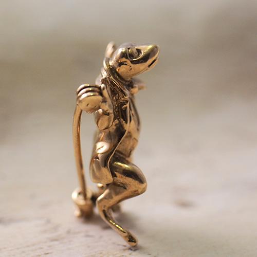 9金 服を着たカエルのブローチ(ジェレミーフィッシャー?)