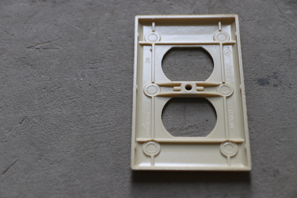 Outlet plate<p>プラスチック2口コンセントプレート ベージュ</p>