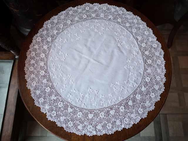 アンティーク 植物の刺繍が施された アイリッシュクロッシェ・ドイリー