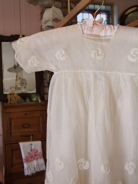 アンティーク 薔薇がデザインされたシルクのベビードレス