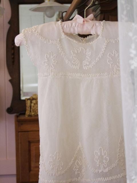 アンティーク ツリーがデザインされた シルクのベビードレス