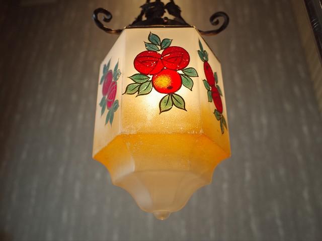 アンティーク イギリスから買い付けたバラ模様のミルクガラスランプ
