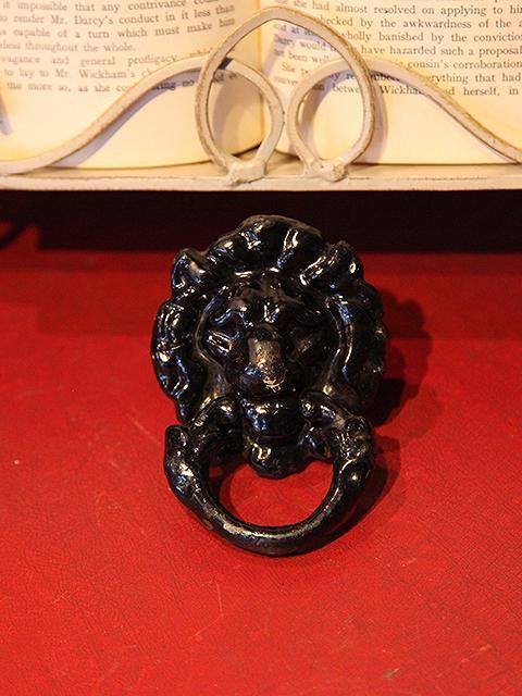 ライオンモチーフの鉄製ドアノッカー