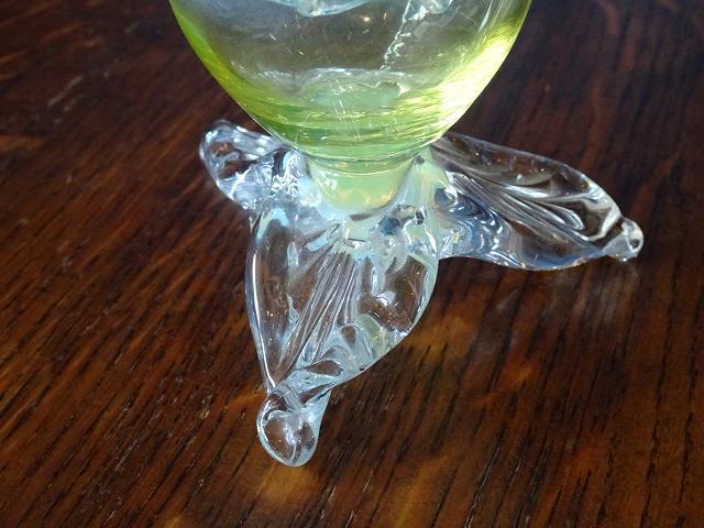 オパールガラスとウランガラスで作られた、アンティーク花瓶