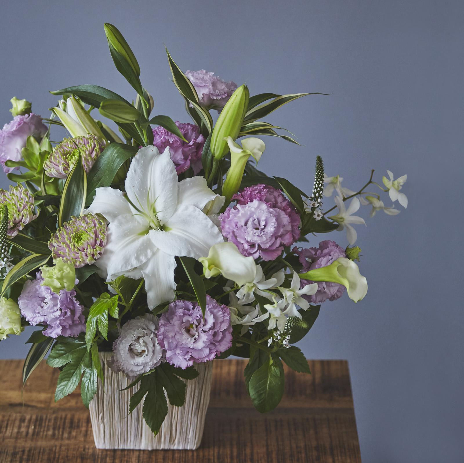 【お供え・お悔やみ生花アレンジメント】 カラー:白×ラベンダー
