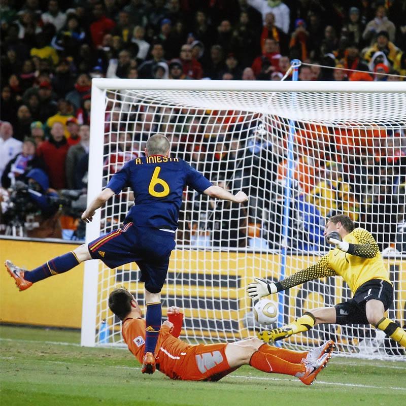イニエスタ直筆サイン入りスペイン代表2010フォト (決勝ゴール)