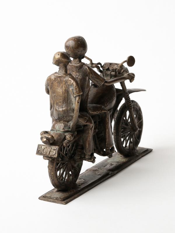 *置物 (バイクに乗る二人)