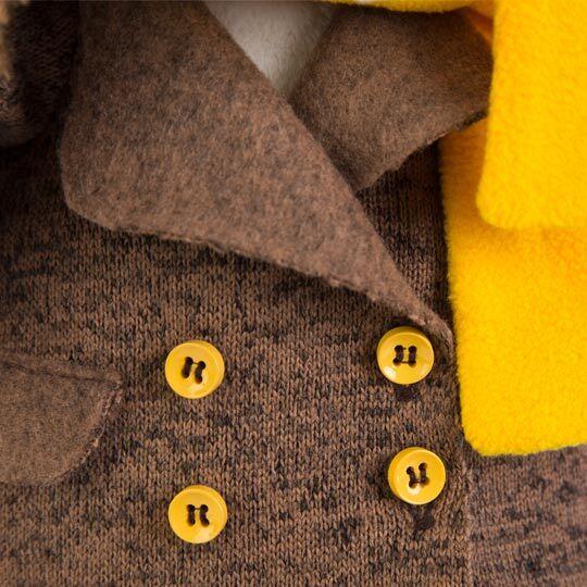 バルトロメイ ブラウンコートと黄色のマフラー