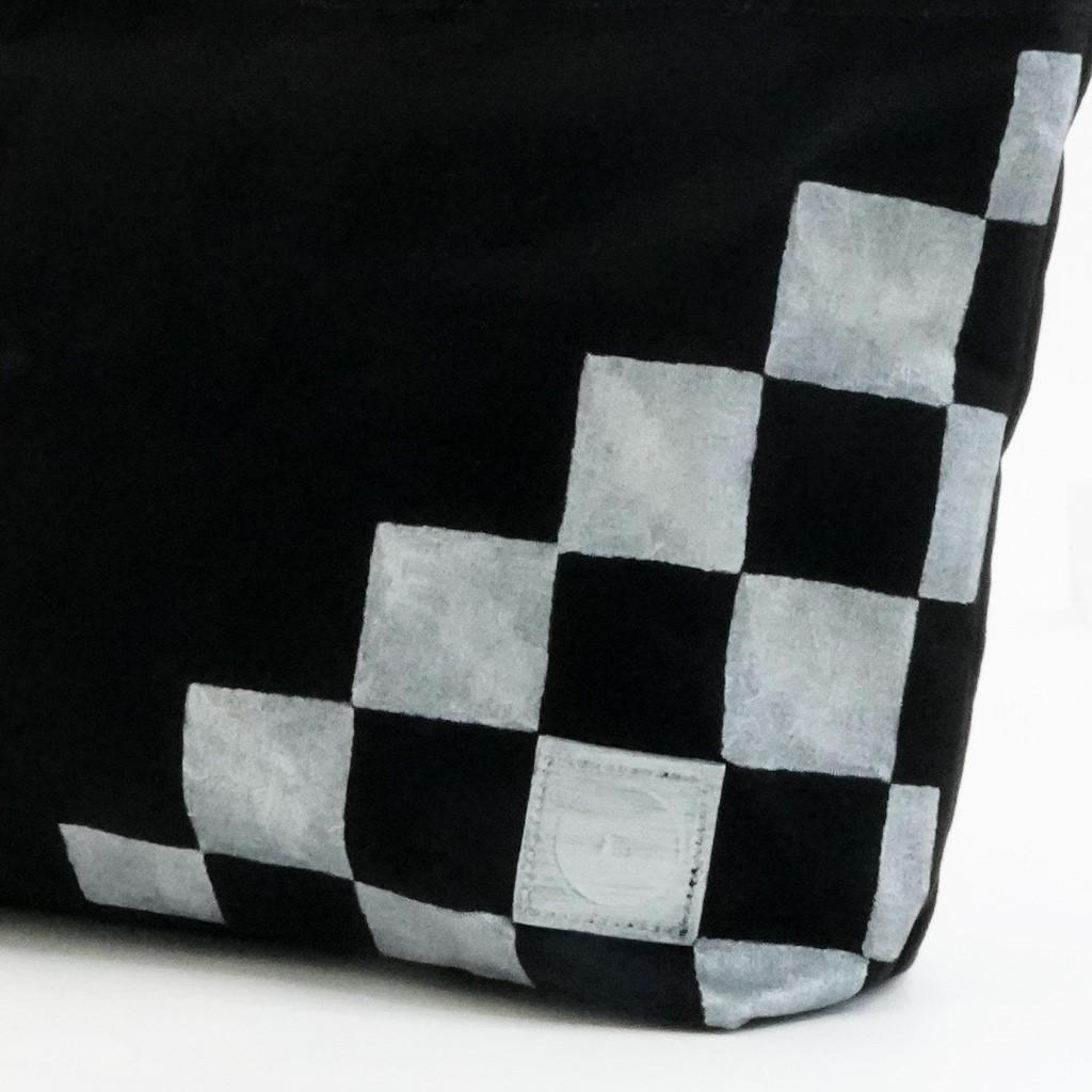 樂しい鞄 「横長トート(中)ブラック持手L」(市松シルバー斜め取り)