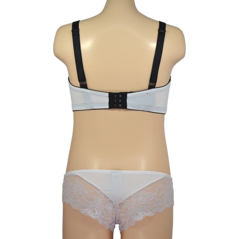 白×黒レース。胸元に大きな蝶のデザインで、谷間に目線をくぎ付け。授乳ブラ・マタニティブラ兼用(ノンワイヤー/ソフトワイヤー)