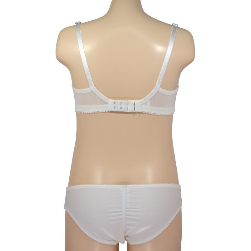 柔らかな白で、優しく支える。ノンワイヤーの授乳ブラ・マタニティブラ。