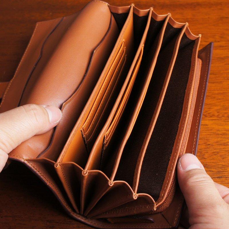 【名入れ対象商品】上品な艶を放つ天然牛革を使用した大容量ジャバラポケット付きフラップ長財布
